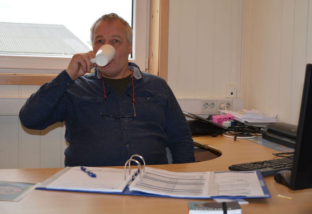 Planleggingen av dagen er i gang for daglig leder Ådne H. Jenssen hos Haneseth Kirkenes.