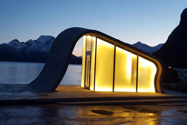 Ureddplassen på Helgeland er en rasteplass, et krigsmonument og en kunstferdig toalett bygd i bølgene betong av Moldjord Bygg og Anlegg.