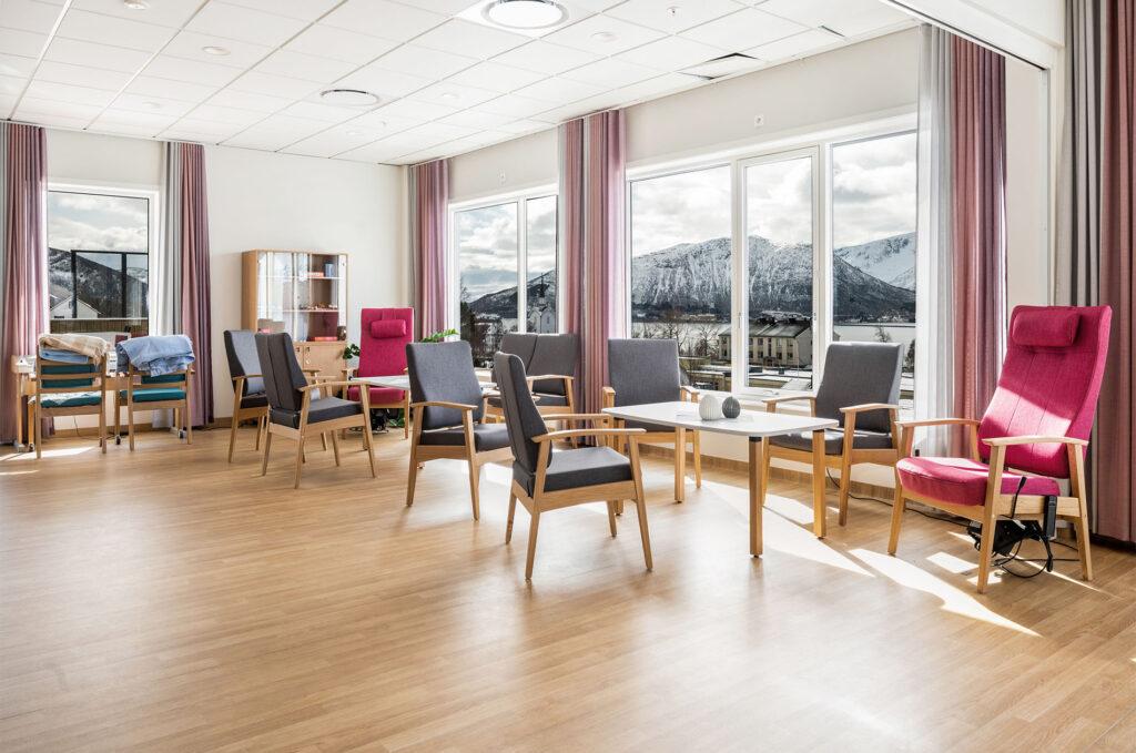 Nye Kvæfjord Helsehus er bygget med gode fargevalg og moderne løsninger med en nydelig utsikt for beboere, besøkende og ansatte.