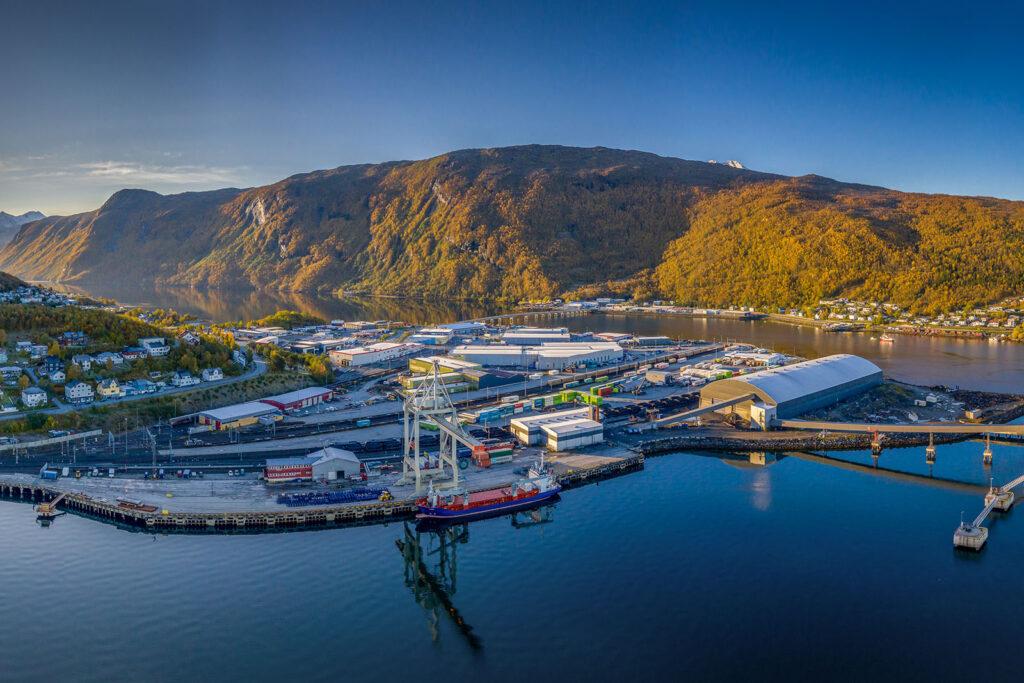 Med jernbane og havn tett forankret, har Nord-Norsk Spedisjon unike muligheter til å frakte gods inn og ut av Narvik.